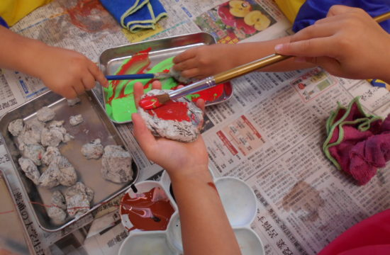 石に絵の具を塗る