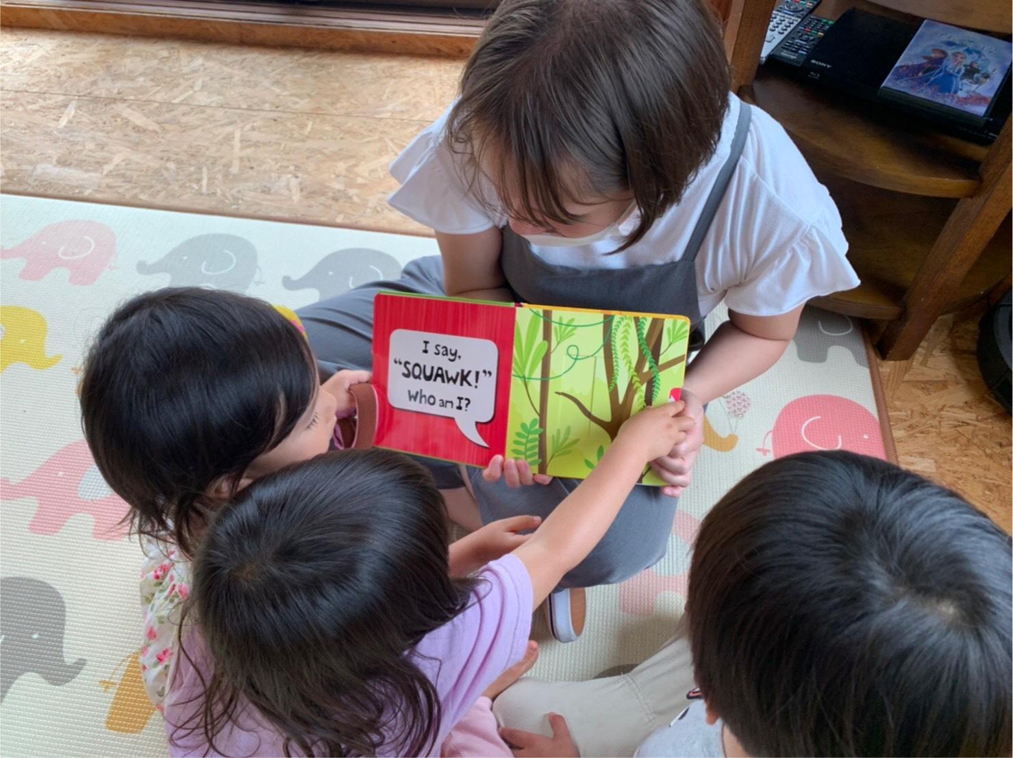 絵本を読む保育士
